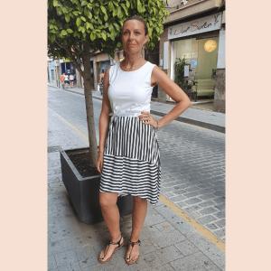 vestido-corto-con-falda-de-rayas