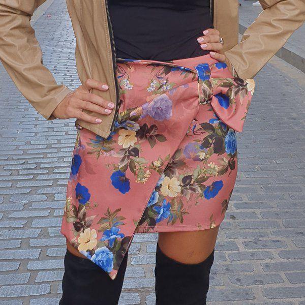 falda-corta-con-estampado-de-flores