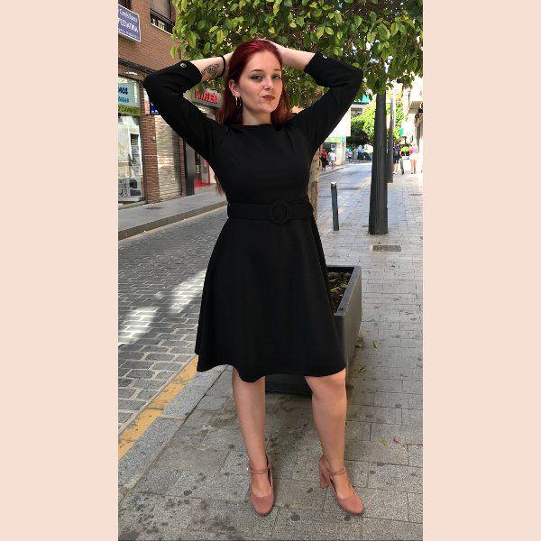 vestido-negro-con-botones-en-puño