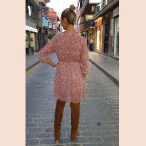 vestido-rosa.de.gasa-estampado-de-flores
