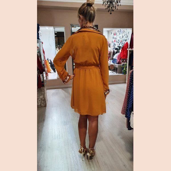 vestido-de-gasa-mostaza-con-detalles-en-oro-trasera