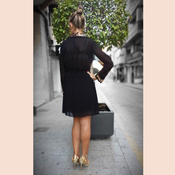 vestido-de-gasa-negro.con-detalles-en-oro-trasera