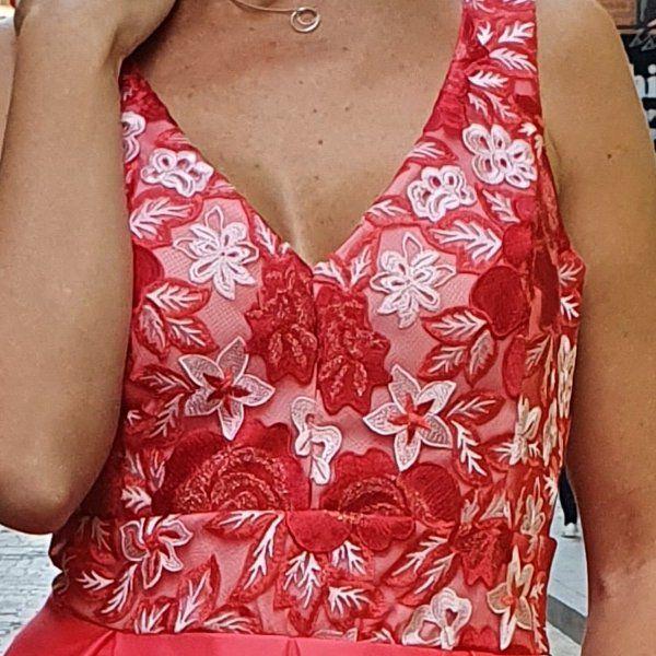 vestido-rojo-con-cuerpo de-tul-bordado-ampliado