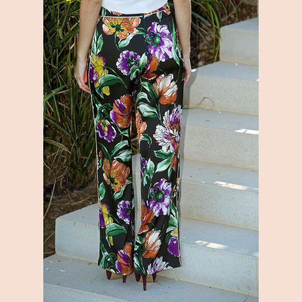 pantalón-negro-con-estampado-floral-trasera