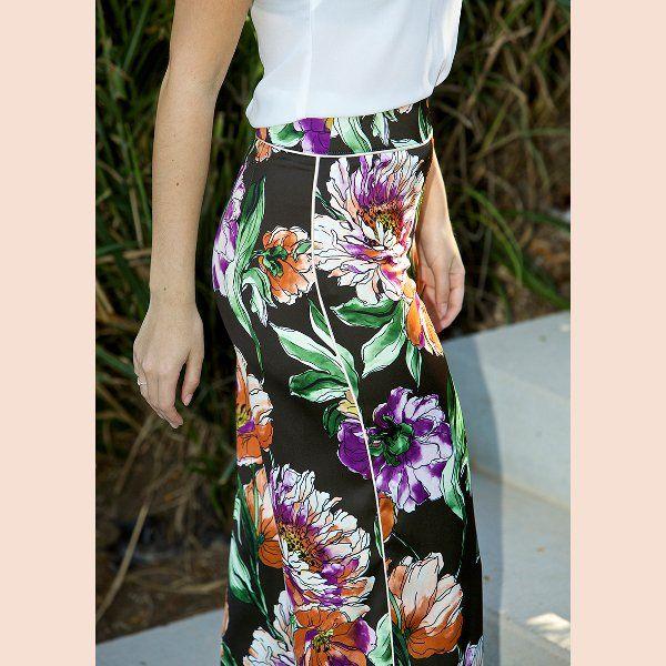 pantalón-negro-con-estampado-floral-detalle