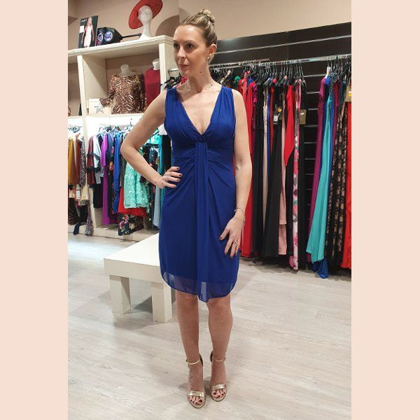 vestido-de-cóctel-azul-de-tirante-ancho
