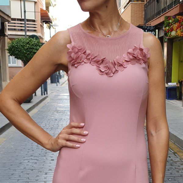 vestido-de-sirena-con-volante-semi-transparente-rosa-detalle